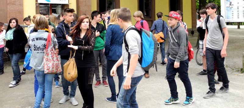 SchülerInnen vor dem Kommunalen Kino